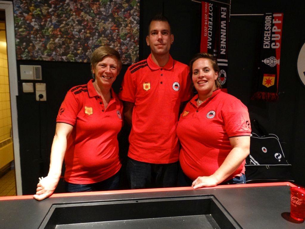 Ook dit vaste team was weer goed voor de nodige verkoop in de merchandise store.