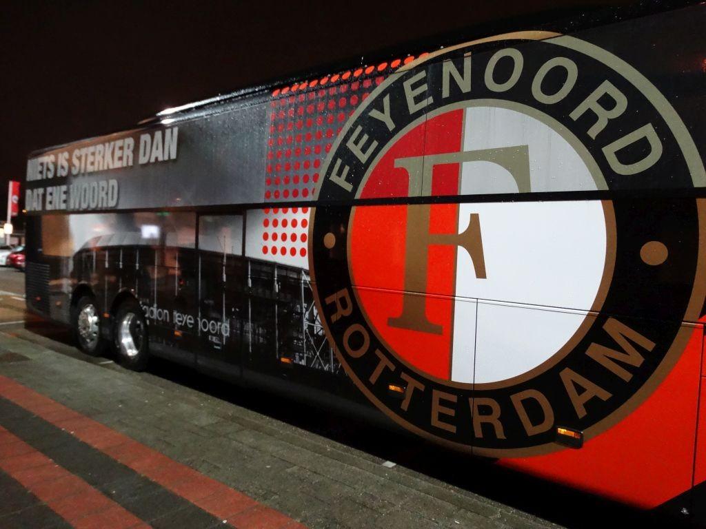De bus van Feyenoord was net gestart en was alweer op de plaats van de bestemming.