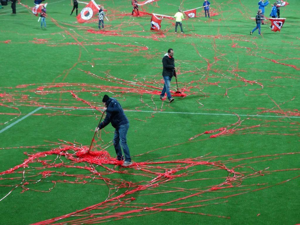 Door de wind vlogen de slierten het hele veld over. Vrijwilligers zorgden ervoor dat de wedstrijd op tijd kon beginnen.