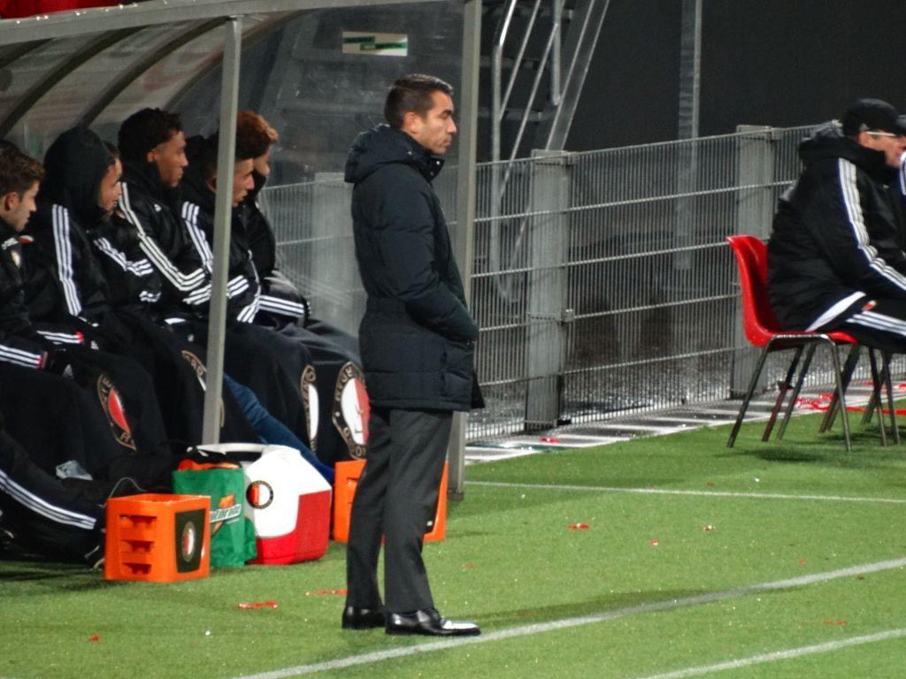 Coach Giovanni van Bronckhorst stuurt zijn mannen aan.