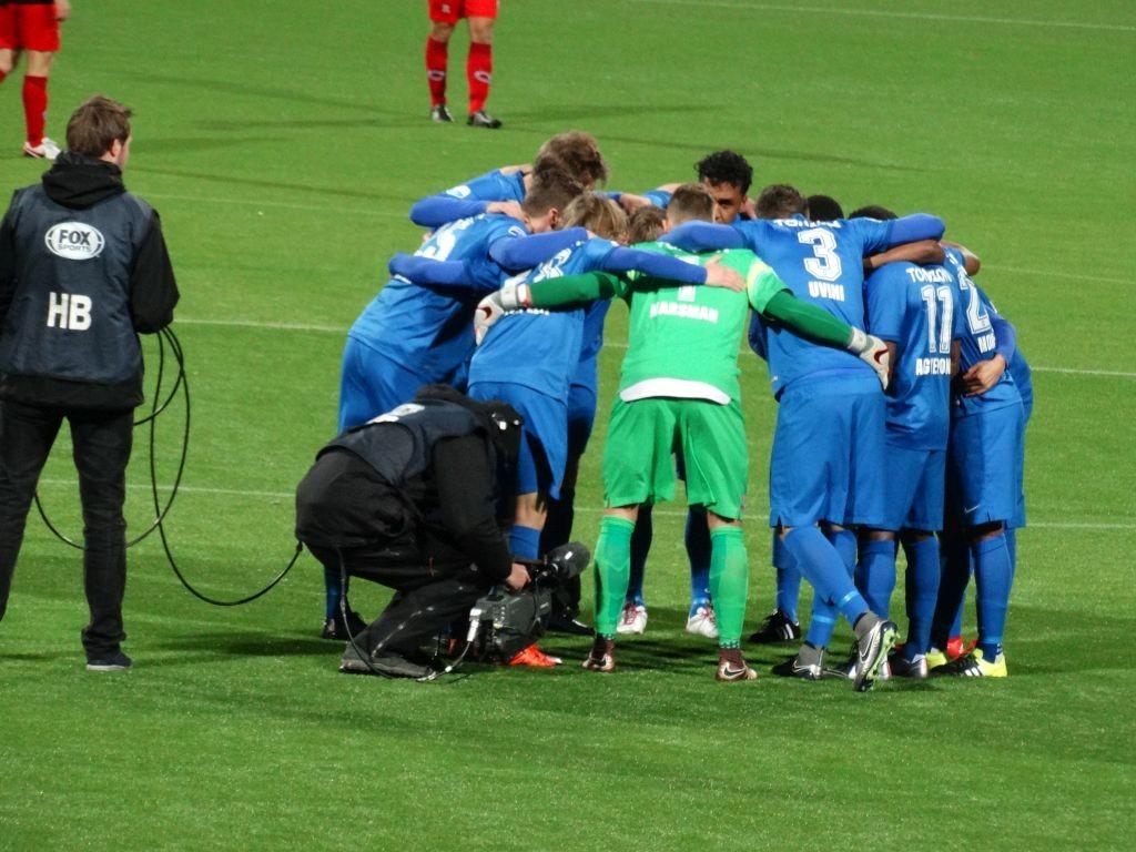De spelers van Twente peppen elkaar op.