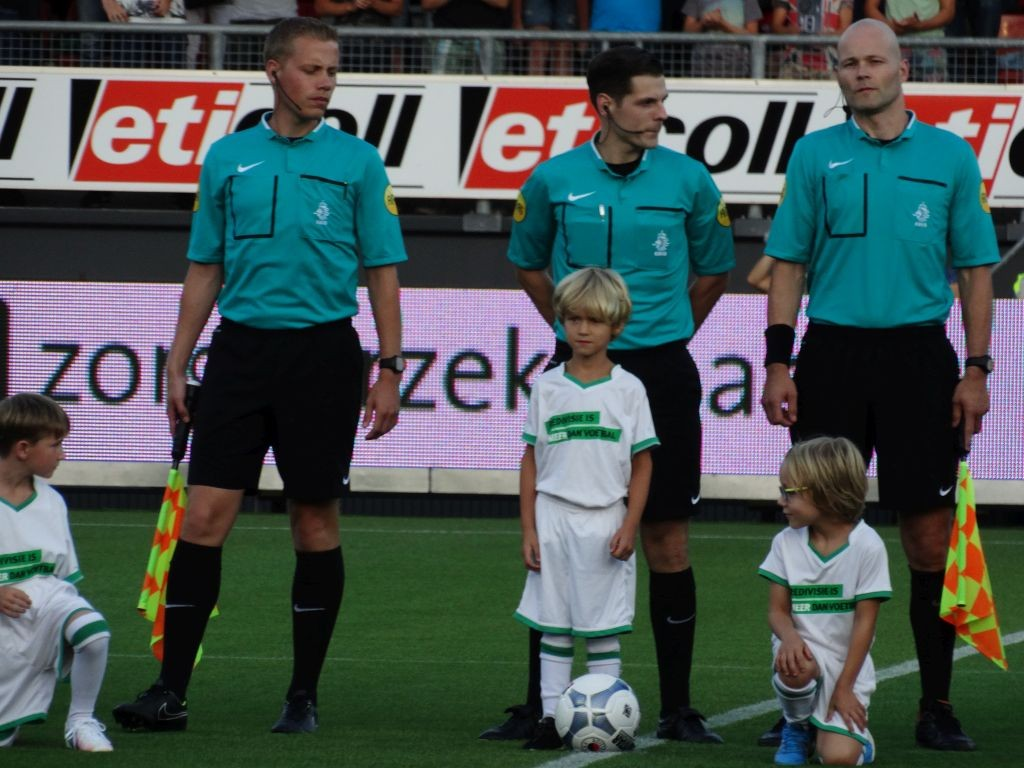 Arbiter Jochem Kamphuis met naast zich assistenten Van Zuilen en Janson