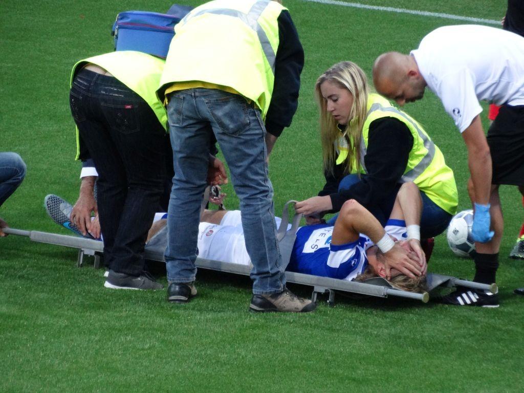 De Graafschap speler Bouma kermt het uit van de pijn. Zijn voet stond haaks op zijn been en hij lijkt zijn kuitbeen te hebben gebroken.